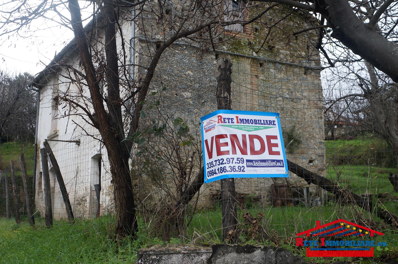 Rende terreno edificabile con casolare in vendita for Terreno edificabile
