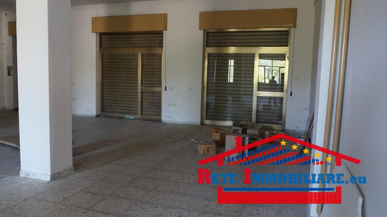 Vendesi magazzino con tre vetrine su strada zona piano lago for Lotti in piano casa fronte lago